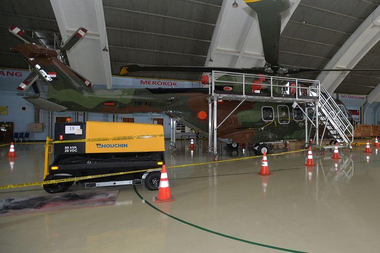 Helikopter Agusta Westland (AW) 101 terparkir dengan dipasangi garis polisi di Hanggar Skadron Teknik 021 Pangkalan Udara Halim Perdanakusuma, Jakarta Timur, Kamis (9/2/2017). KASAU Marsekal TNI Hadi Tjahjanto telah membentuk tim investigasi untuk meneliti proses perencanaan, pengadaan dan menelisik pengiriman helikopter tersebut.