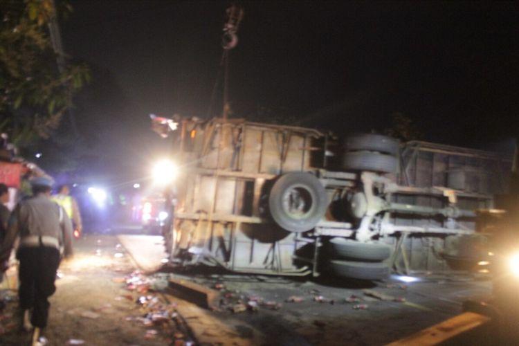 Truk tronton terguling dan menutup badan jalan usai terlibat tabrakan beruntun di ruas jalur Gekbrong, Cianjur, Jawa Barat, Selasa (28/9/2021). Dalam kecelakaan tersebut, dua orang tewas dan lainnya luka-luka.