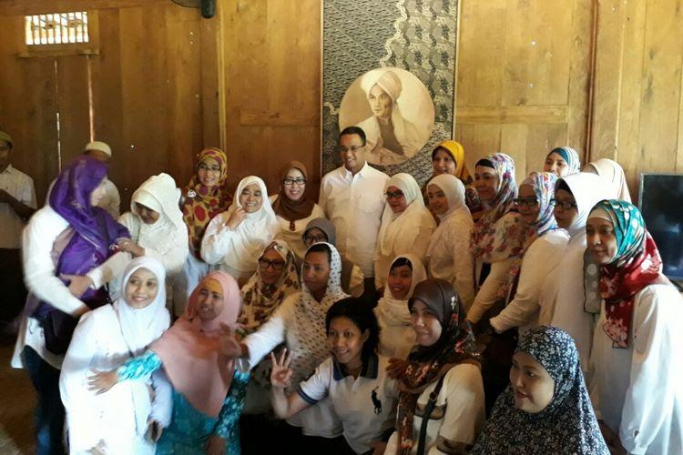 Calon wakil gubernur DKI Jakarta Anies Baswedan menerima sejumlah komunitas tuli di kediamannya di Jalan Lebak Bulus II Dalam, Kelurahan Lebak Bulus, Kecamatan Cilandak, Jakarta Selatan, Kamis (6/4/2017).
