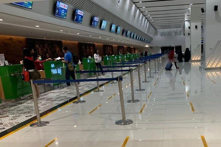 Stiker panduan jaga jarak 1 meter untuk meminimalisir penularan virus corona atau Covid-19 terpasang di Bandara Internasional Adi Soemarmo Solo, Jawa Tengah, Kamis (19/3/2020).