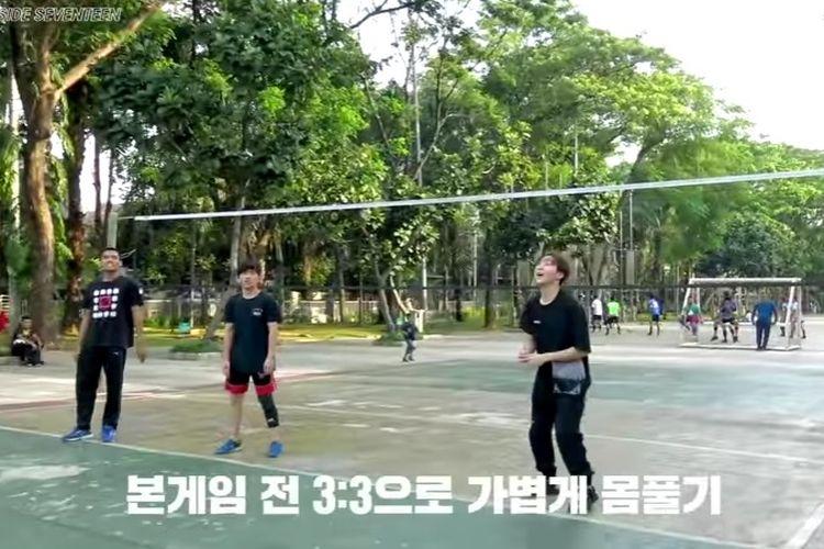 Personel boyband SEVENTEEN ikut main voli saat ke Jakarta 2019 lalu.