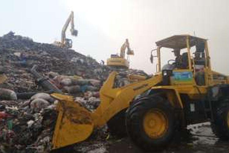 Sebanyak 1.000 unit truk sampah dan 15 alat berat milik Dinas Kebersihan Pemprov DKI Jakarta beroperasi di  TPST Bantargebang, Bekasi, Kamis (21/7/2016).