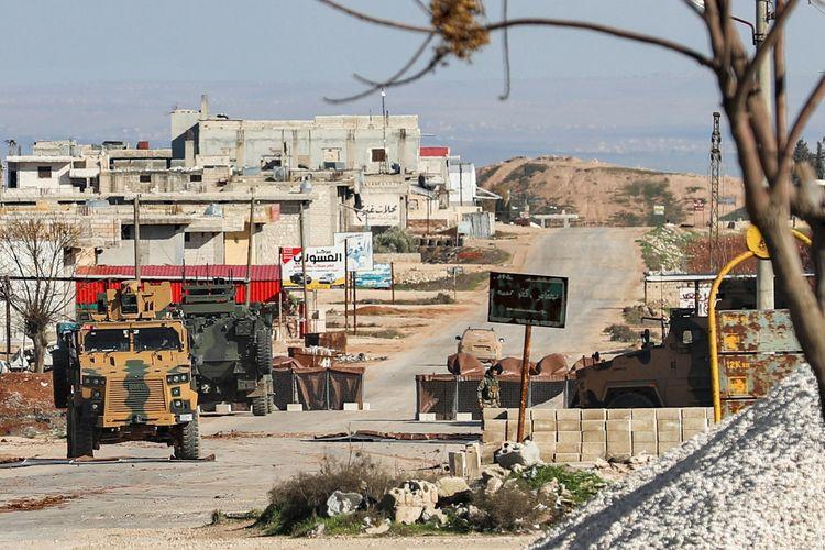 Gambar yang diambil pada 1 Februari 2020 menunjukkan kendaraan militer Turki di pos observasi kota Saraqeb, timur Idlib, Suriah, di mana jalurnya mengarah ke persimpangan dekat kota tetangga Aleppo.