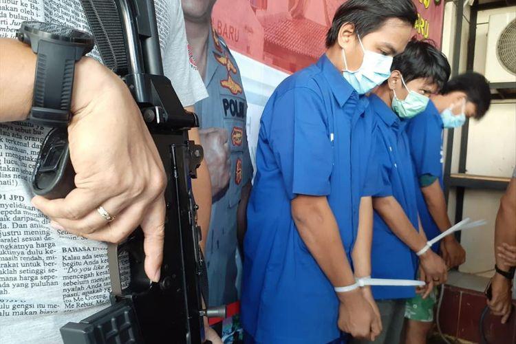 Jajaran Polsek Metro Kebayoran Baru tangkap tiga kurir sabu di kawasan Jakarta Barat dan Jakarta Selatan. Rilis penangkapan dilakukan di Mapolsek Metro Kebayoran Baru, Selasa (13/8/2019)