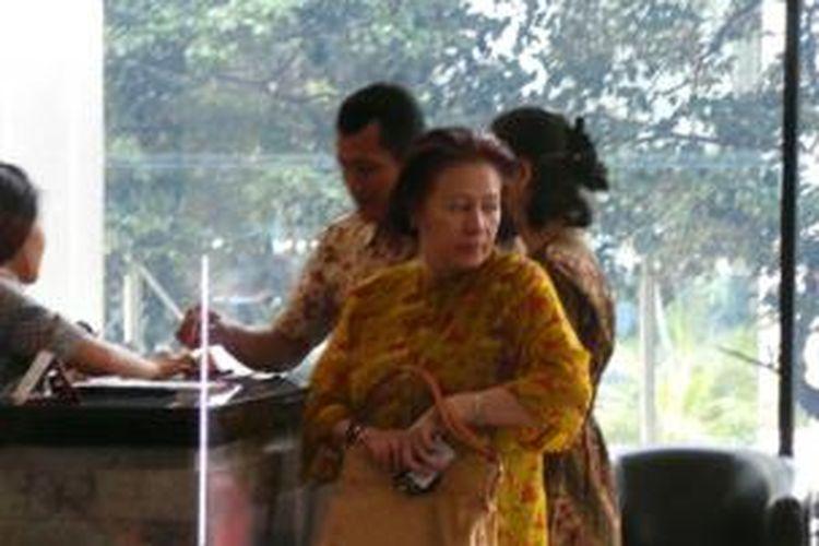 Rita, istri Ketua MKAkil Mochtar, berkunjung ke Rumah Tahanan KPK, Jakarta, Jumat (4/10/2013).
