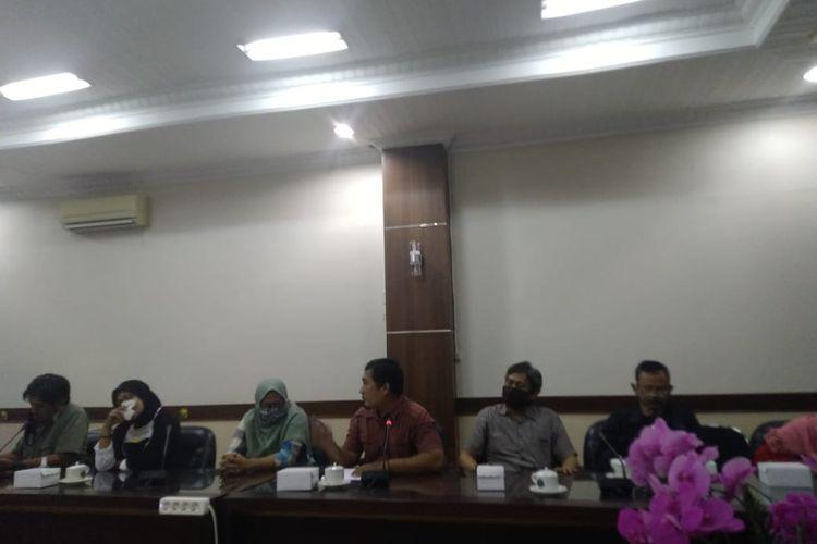 Wali murid saat mengikuti rapat dengar pendapat terkait masalah PPDB sistem zonasi di Jember