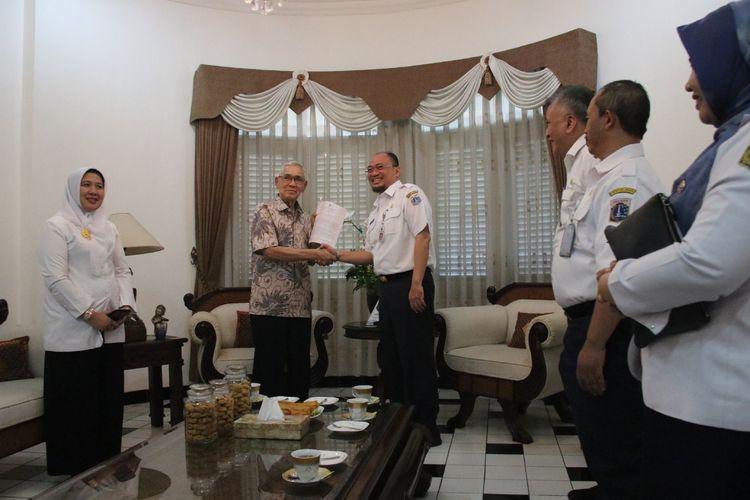 Mantan Wakil Presiden RI Try Soetrisno turut menerima pembebasan Pajak Bumi dan Bangunan Perdesaan dan Perkotaan (PBB-P2)