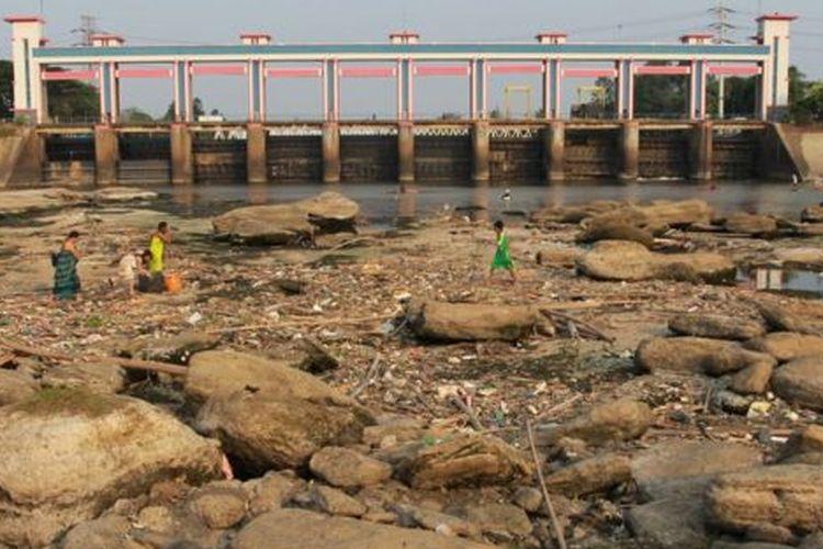 Warga beraktivitas di tengah sungai Cisadane yang mulai mengering di kawasan Pintu Air 10, Tangerang, Banten, Rabu (03/07).