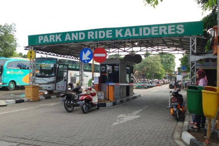 Gerbang tempat parkir atau park and ride Terminal Kalideres, Jakarta Barat, Senin (11/7/2016).