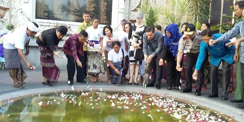 Tabur bunga peringatan tragedi Bom Bali ke-13 di Monumen Bom Bali, Jalan Legian, Kuta, Senin (12/10/2015).