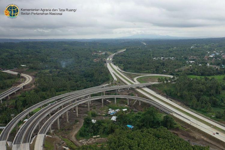 Jalan tol ini juga akan menjadi jalan akses utama ke Kawasan Ekonomi Khusus (KEK) Bitung dan Pelabuhan Internasional Bitung yang akan dibangun.