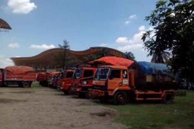Truk sampah DKI yang dikandangkan oleh Dishub Bekasi karena melanggar jam operasional
