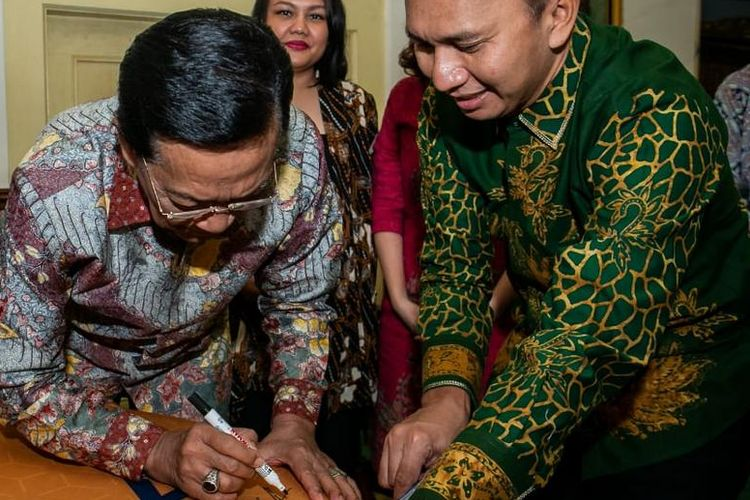 Gubernur DIY Sri Sultan Hamengko Buwono X (membubuhkan tanda tangan) dan  CEO dan Pendiri DBL Academy Azrul Ananda (berdiri paling kanan) saat peresmian pendirian DBL Academy di Yogyakarta (Senin 27/5/2019).