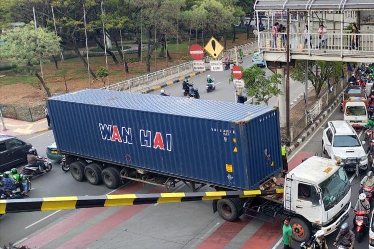 Truk kontainer menabrak portal di bawah jembatan layang Grogol, Jakarta Barat, Senin (2/12/2019) siang