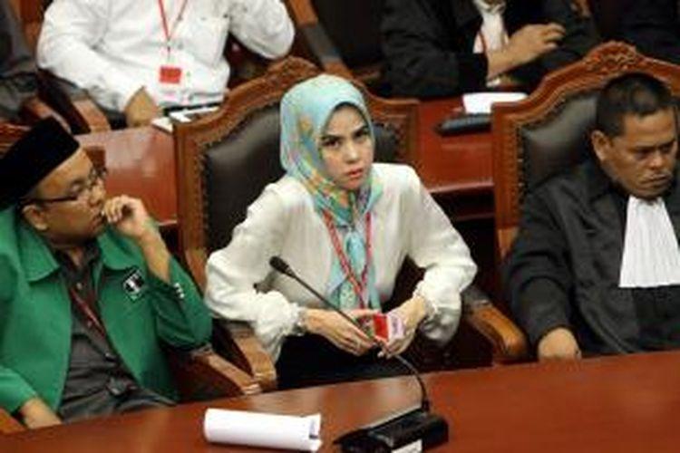Calon Anggota Legislatif DPR asal Partai Persatuan Pembangunan (PPP) Angel Lelga menghadiri sidang putusan uji materi (judicial review) Undang-Undang Nomor 42 Tahun 2008 tentang Pemilihan Presiden dan Wakil Presiden di gedung Mahkamah Konstitusi (MK), Jakarta Pusat, Kamis (23/1/2014). MK mengabulkan permohonan Koalisi Masyarakat Sipil yang diwakili Effendi Gazali bahwa pemilu legislatif dan pemilu presiden dilakukan serentak namun dilaksanakan pada 2019 karena waktu penyelenggaraan Pemilu 2014 yang sudah sangat dekat dan terjadwal. TRIBUNNEWS/HERUDIN