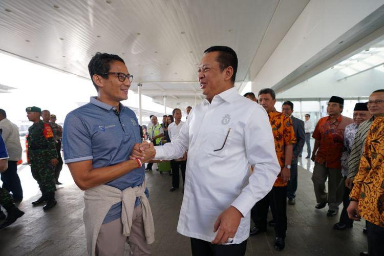 Calon Wakil Presiden Sandiaga Uno bersalaman dengan ketua DPR Bambang Soesatyo, saat mengawali kampanye di Semarang, Senin (24/9/2018)
