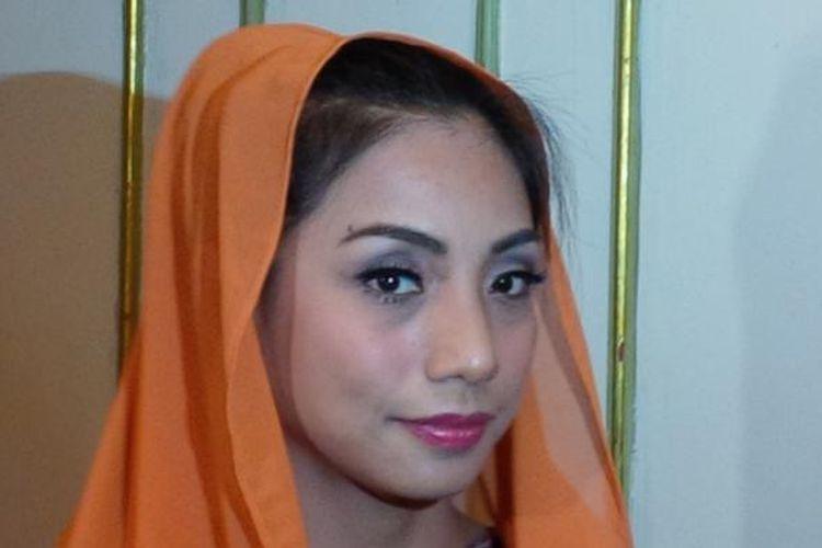 Penyanyi dangdut Siti Rahmawati alias Siti KDI berfoto di Hotel Kartika Chandra, Jakarta Selatan, Minggu (20/9/2015).