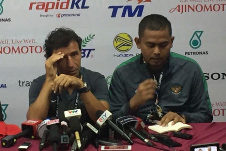 Pelatih timnas Indonesia, Luis Milla. memberi keterangan pers seusai laga versus Vietnam, Selasa (22/8/2017).