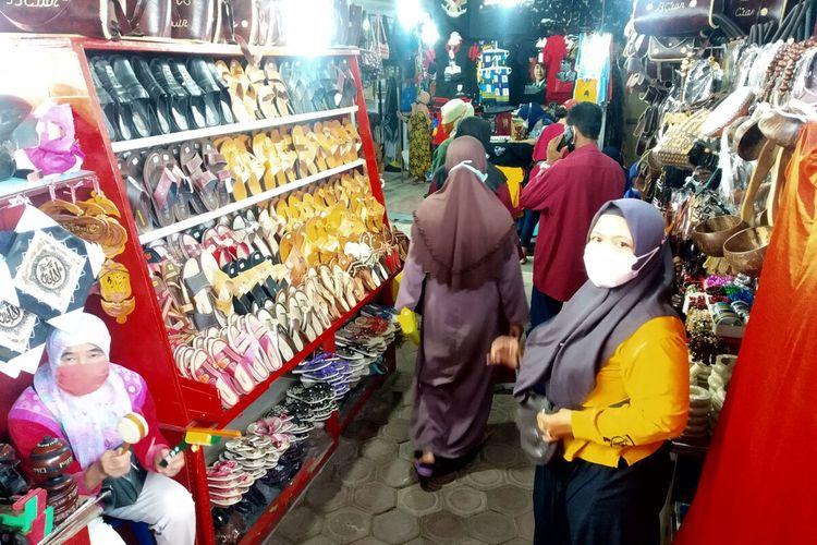 Kesibukan terlihat di Pasar Suvenir Makam Bung Karno, Minggu (19/9/2021)