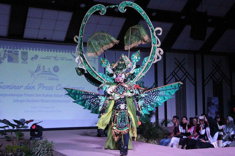 Salah satu pakaian yang akan tampil di Fashion Carnival, Sabtu besok, di BP Batam Internasional Culture Carnival 2017. Event yang dilakukan untuk memeriahkan HUT Kota Batam ini diharapkan mendatangkan 5.000 wisatawan asing.