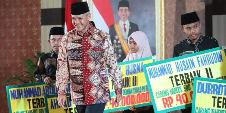 Gubernur Ganjar Pranowo menyerahkan penghargaan untuk juara Lomba STQ Nasional dari Jawa Tengah di acara Malam Anugerah Baznas Jateng Award 2019 di Kantor Pemerintah Provinsi Jawa Tengah, Semarang, Senin (29/7/2019) malam.