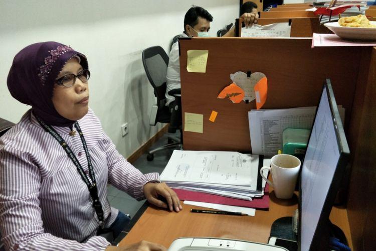 Siti Aminah, Juru Surat Ditreskrimum Polda Metro Jaya yang mendapatkan hadiah umroh gratis saat ditemui di ruangannya, Selasa (6/2/2018).