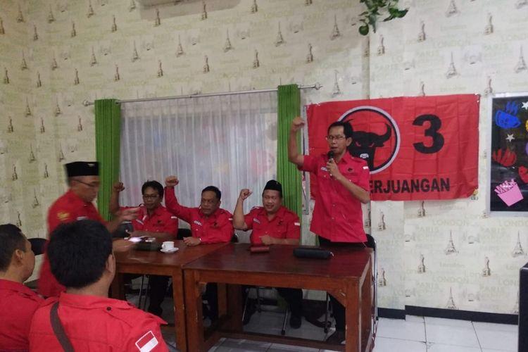 Ketua DPC PDIP Surabaya Adi Sutarwijono (berdiri)  memimpin konsolidasi di PAC Tenggilis Mejoyo, Senin (25/11/2019)