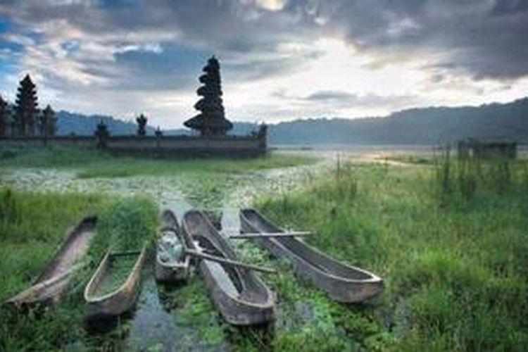 """Foto berjudul """"Fajar di Tamblingan"""" karya Tirta Winata, salah satu pemenang lomba foto """"Explore the Beauty of Indonesia"""" diselenggarakan oleh Burufly.com."""