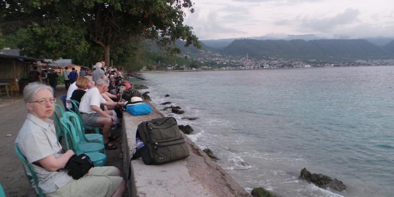 Wisatawan asing yang mendatangi Pantai Kilo Lima untuk melihat gerhana matahari total di Luwuk, Kabupaten Banggai, Sulawesi Tengah, Rabu (9/3/2016).