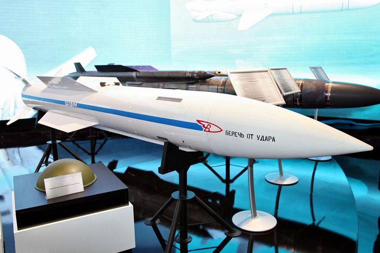 Rudal penjelajah R-37 dipamerkan dalam sebuah pameran senjata di Rusia.