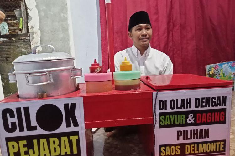 Lutfi Ramli, pedagang cilok di Kota Mataram yang berdandan bak pejabat, pakai jas dan berdasi untuk menarik pembeli