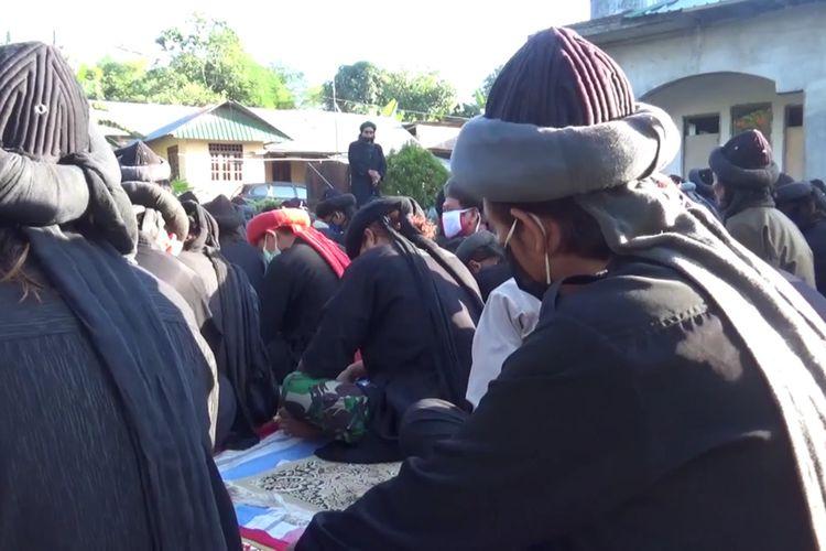 Jamaah An Nazir di Kabupaten Gowa, Sulawesi Selatan menggelar idul adha lebih awal. Penetapan idul dha ini dilakukan berdasarkan hisab dan pertanda alam. Kamis, (30/7/2020).