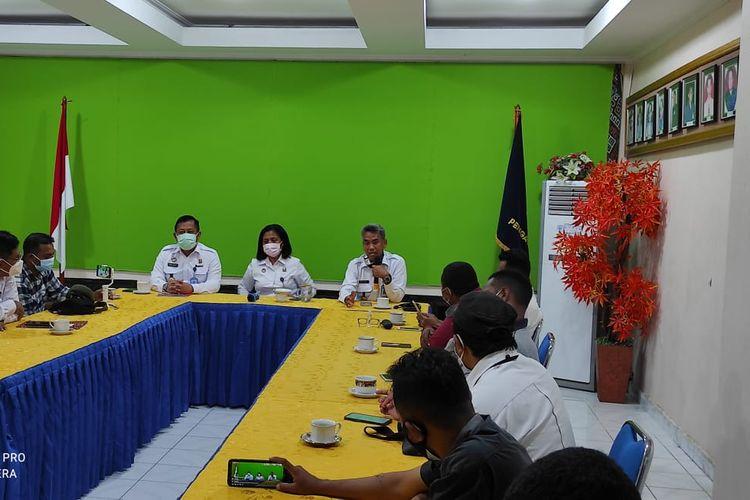 Kepala Kantor Wilayah Hukum dan HAM Provinsi Nusa Tenggara Timur, Merciana Djone, bersama sejumlah pejabat lainnya menggelar jumpa pers dengan wartawan, Rabu (27/1/2021)