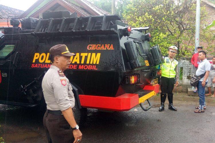Tim Gegana Polda Jatim diturunkan untuk mengevakuasi orang gila di Mojokerto