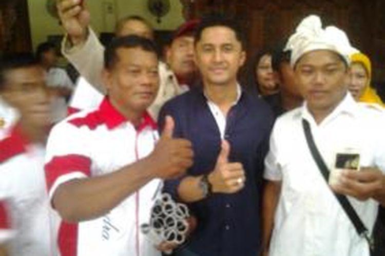 Hengky Kurniawan saat meladeni foto usai menghadiri Hari Ulang Tahun Partai Gerindra Kabupaten Kediri, Jawa Timur, Minggu (8/3/2015).