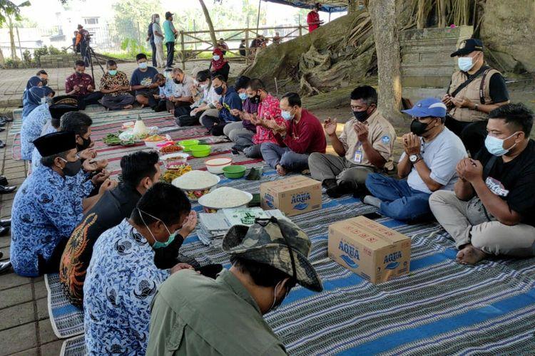 Puluhan warga dan perangkat Kelurahan Gedog, Kecamatan Sananwetan, Kota Blitar, mengikuti doa selamatan mengawali proses ekskavasi lanjutan Candi Gedog, Kamis (20/5/2021)