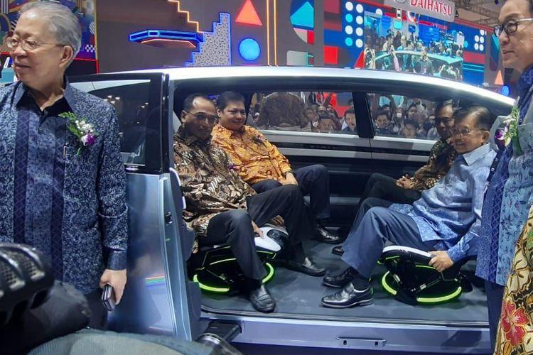 Jusuf Kalla menjajal kabin MPV Hybrid Daihatsu di GIIAS 2019