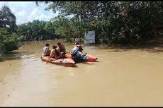 Tim Basarnas Evakuasi Warga Korban Banjir di Rokan Hulu