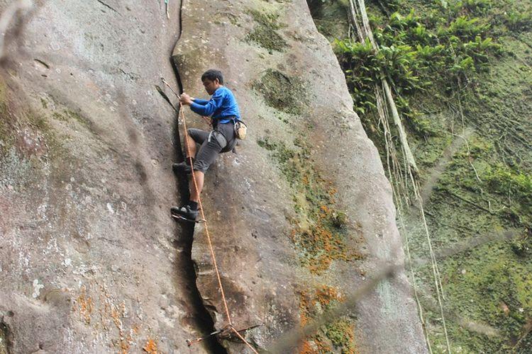 Anggota organisasi Mahasiswa Pencinta Alam Universitas Indonesia (Mapala UI) sedang memanjat tebing jalur Welcome Gunung Bongkok, Desa Sukamulya, Kecamatan Tegal Waru, Kabupaten Purwakarta, Jawa Barat, Minggu (14/4/2019). Gunung Bongkok merupakan salah satu titik wisata panjat tebing di Jawa Barat.