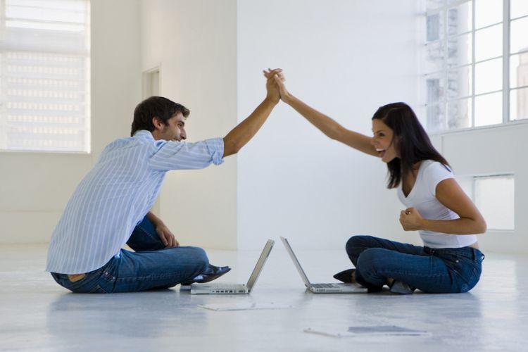 Ilustrasi pasangan setuju dengan ide