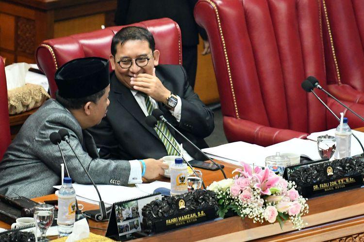 Wakil Ketua DPR selaku Pimpinan Sidang Fahri Hamzah (kiri) berbincang dengan Wakil Ketua DPR Fadli Zon (kanan) saat Rapat Paripurna DPR di Kompleks Parlemen, Senayan, Jakarta, Selasa (17/9/2019). Pemerintah dan DPR menyepakati pengesahan revisi UU Nomor 30 Tahun 2002 tentang Komisi Pemberantasan Korupsi (KPK) yang dihadiri oleh 80 orang anggota DPR.