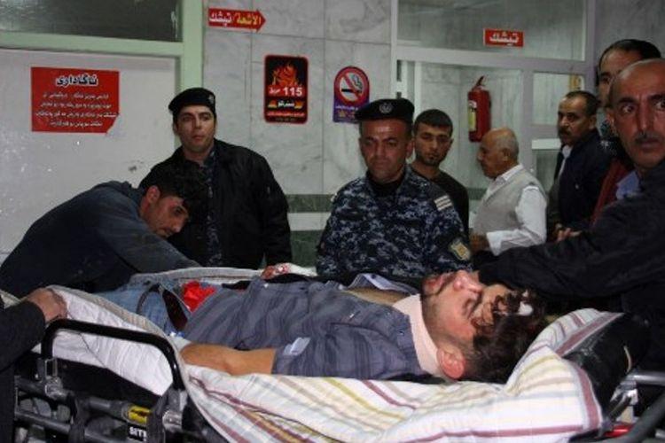 Korban gempat mendapat pertolongan di Rumah Sakit Sulaimaniyah, Irak. Gempa berkekuatan 7,3 skala richter terjadi di perbatasan Iran-Irak menyebabkan setidaknya 61 tewas dan ratusan luka-luka.