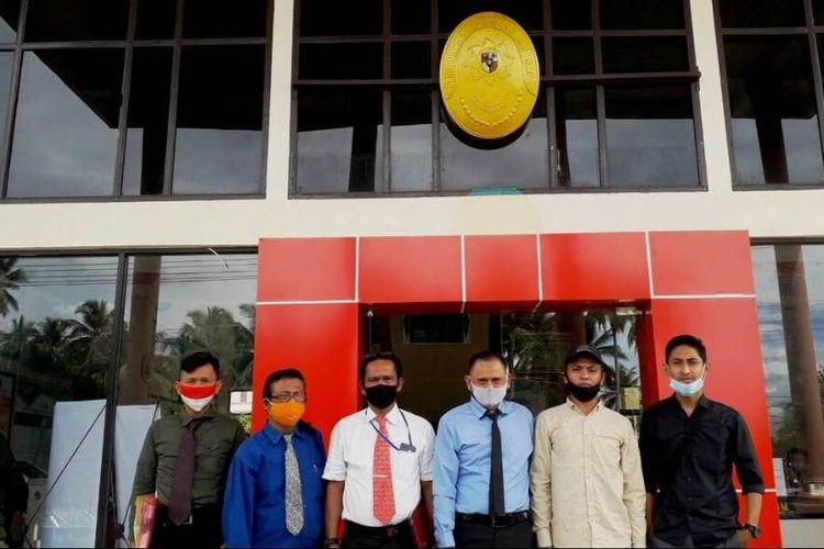 Yusril (lima dari kiri) bersama tim kuasa hukumnya usai mendaftarkan gugatannya di PN Madina, Kamis (24/9/2020)