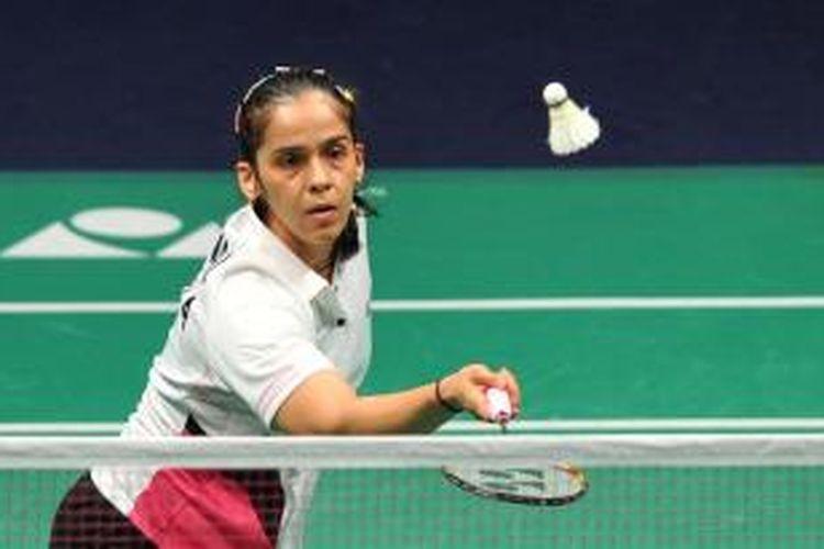 Pebulu tangkis India, Saina Nehwal mencoba mengambalikan kok Bae Yeon-ju dari Korea, pada babak round robin Grup B BWF World Superseries Finals di Kuala Lumpur, 13 Desember 2013. Nehwal menang 21-11, 17-21, 21-13.