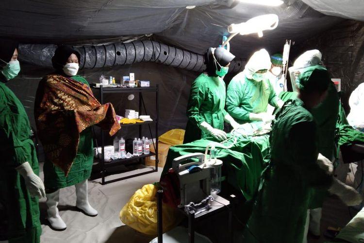 Pengungsi di Mamuju, Sulawesi Barat, yang melahirkan lewat operasi caesar dalam tenda rumah sakit darurat, Kamis (28/1/2021).