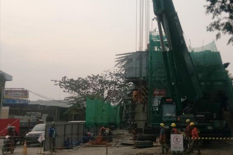 Sejumlah pekerja sedang memperbaiki tiang penyangga yang ambruk di lokasi proyek pengerjaan tol Bogor Outer Ring Road (BORR) seksi 3A di Jalan Sholeh Iskandar, Bogor, Jawa Barat, Selasa (16/7/2019).