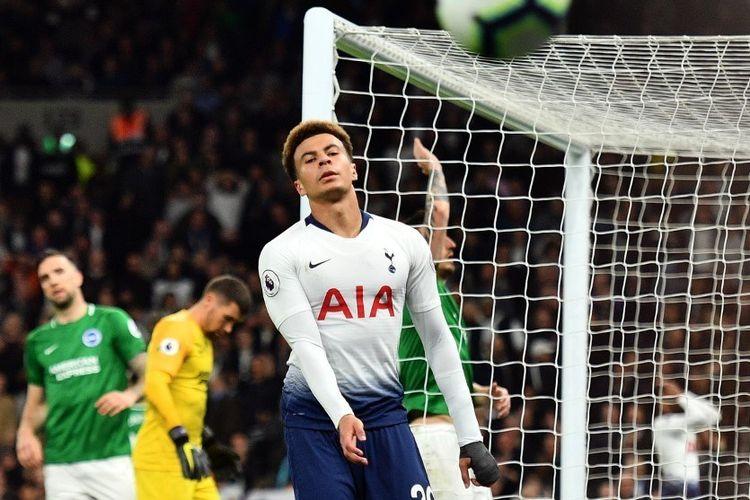 Dele Alli tampak kecewa seusai gagal menyelesaikan peluang pada laga Tottenham vs Brighton & Hove Albion dalam lanjutan Liga Inggris di Stadion Tottenham Hotspur, 23 April 2019.