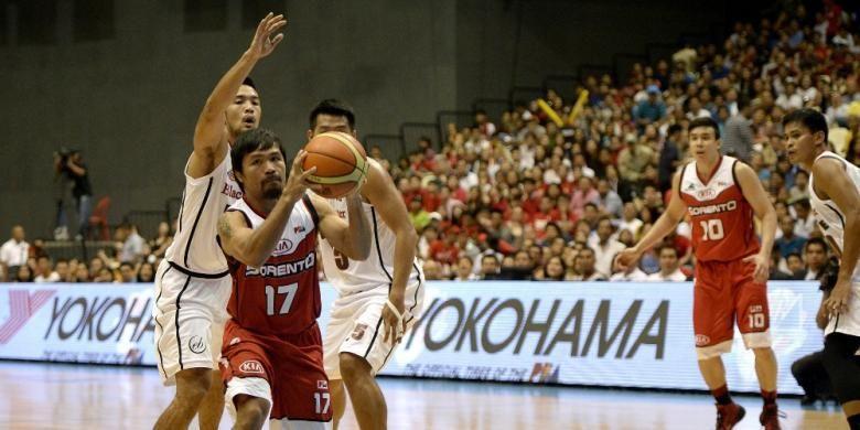 Petinju Filipina, Manny Pacquiao (kiri), bermain basket untuk Kia Sorrento saat menghadapi Blackwater di liga basket Filipina (PBA) yang berlangsung di Philippine Arena, Manila, Minggu (19/10/2014).