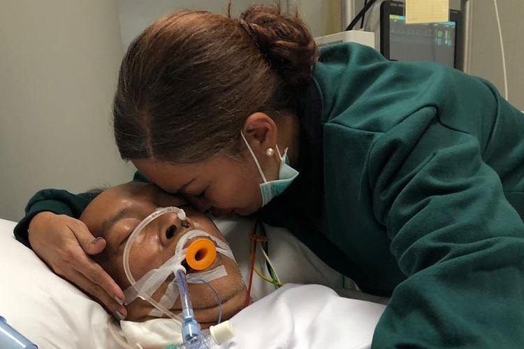 Foto yang diunggah di akun Instagram @sorayahaque pada 18 Januari 2020 memperlihatkan artis Soraya Haque tengah mencium suaminya, Ekki Soekarno, yang tengah sakit.