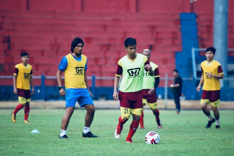 Mantan pemain Timnas Indonesia Budi Sudarsono latihan bersama Persik kediri seusai libur akibat pandemi virus corona di Stadion Brawijaya Kediri, Jawa Timur, Selasa (11/08/2020) sore.